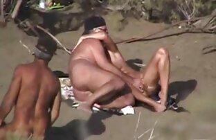 Chica asiática caliente se la cojiendo en playa nudista follan.