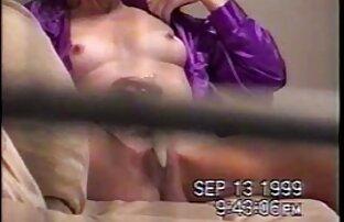 Segundo enema de Charile Love follando en campo nudista en la silla