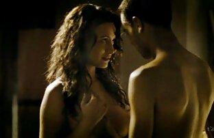 Jugando con un nudistas cojiendo extraño en la sauna
